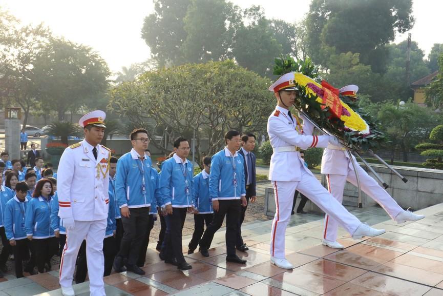 1.000 đại biểu báo công, viếng Lăng Chủ tịch Hồ Chí Minh - ảnh 10