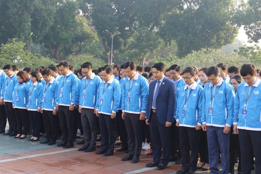 1.000 đại biểu báo công, viếng Lăng Chủ tịch Hồ Chí Minh - ảnh 9