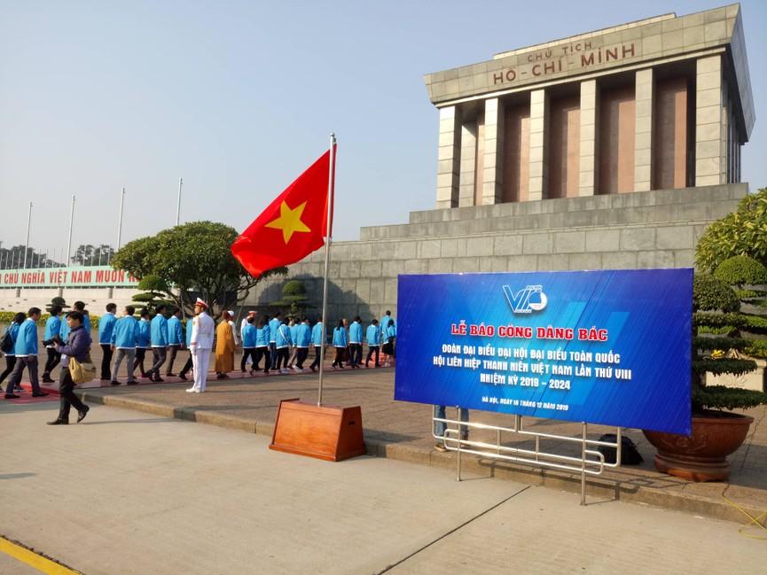 1.000 đại biểu báo công, viếng Lăng Chủ tịch Hồ Chí Minh - ảnh 7