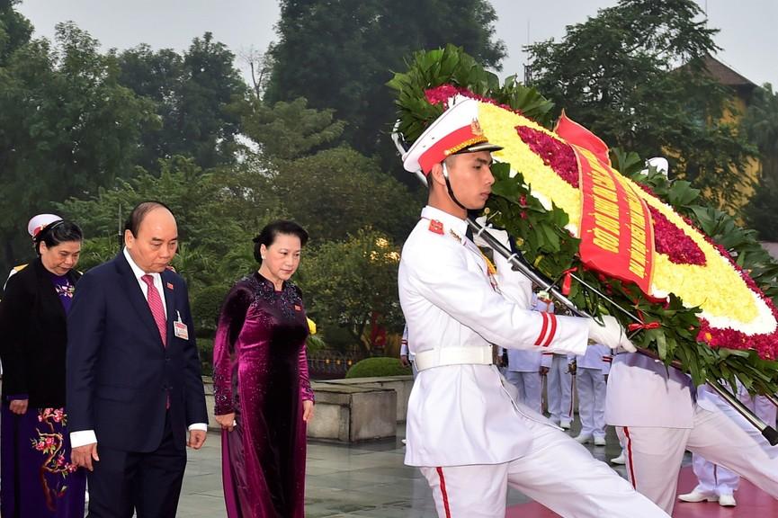 Các đại biểu dự Đại hội XIII đặt vòng hoa, viếng Chủ tịch Hồ Chí Minh - ảnh 6
