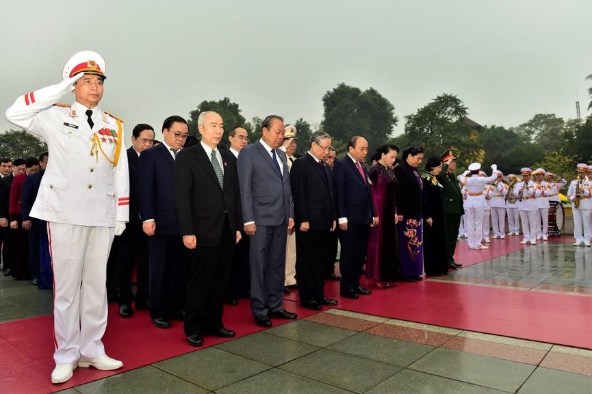 Các đại biểu dự Đại hội XIII đặt vòng hoa, viếng Chủ tịch Hồ Chí Minh - ảnh 7