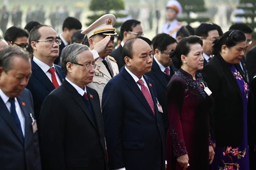Các đại biểu dự Đại hội XIII đặt vòng hoa, viếng Chủ tịch Hồ Chí Minh - ảnh 4