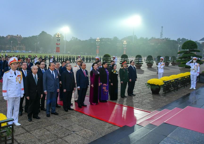 Các đại biểu dự Đại hội XIII đặt vòng hoa, viếng Chủ tịch Hồ Chí Minh - ảnh 5