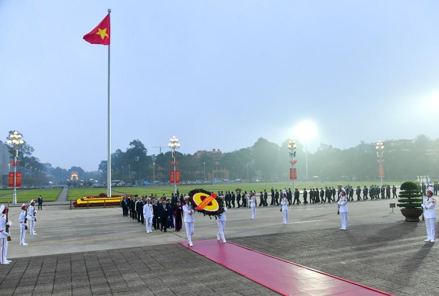 Các đại biểu dự Đại hội XIII đặt vòng hoa, viếng Chủ tịch Hồ Chí Minh - ảnh 1