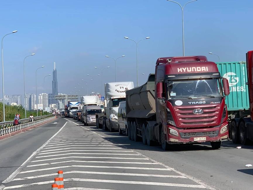 Cửa ngõ Sài Gòn kẹt xe kinh hoàng, tài xế mắc võng ngủ trên đường - ảnh 5