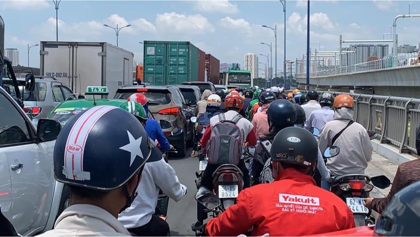 Cửa ngõ Sài Gòn kẹt xe kinh hoàng, tài xế mắc võng ngủ trên đường - ảnh 4