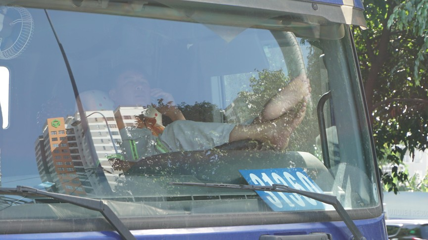 Cửa ngõ Sài Gòn kẹt xe kinh hoàng, tài xế mắc võng ngủ trên đường - ảnh 9