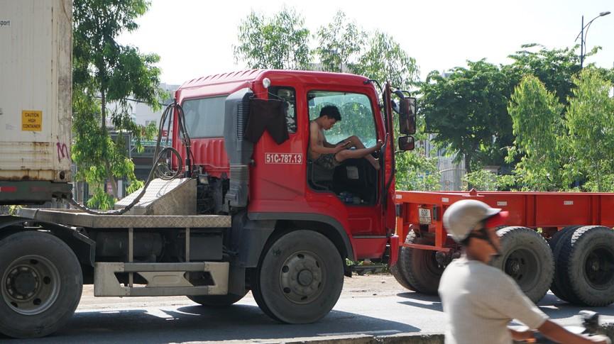 Cửa ngõ Sài Gòn kẹt xe kinh hoàng, tài xế mắc võng ngủ trên đường - ảnh 7