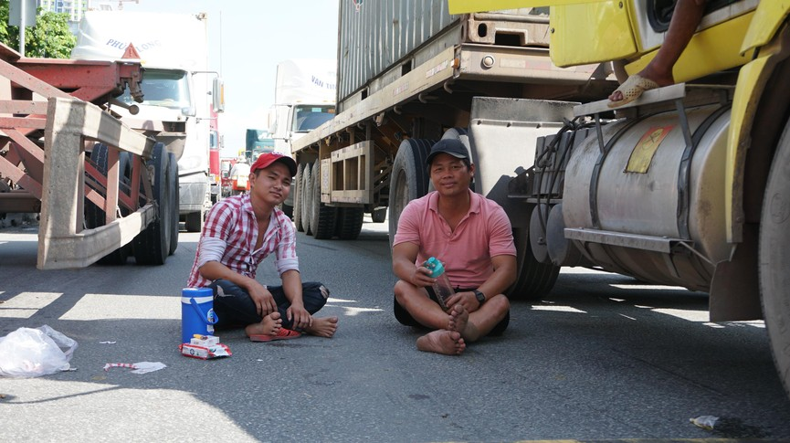 Cửa ngõ Sài Gòn kẹt xe kinh hoàng, tài xế mắc võng ngủ trên đường - ảnh 8