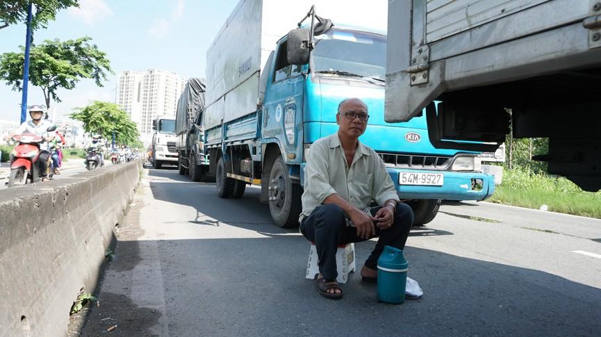 Cửa ngõ Sài Gòn kẹt xe kinh hoàng, tài xế mắc võng ngủ trên đường - ảnh 6