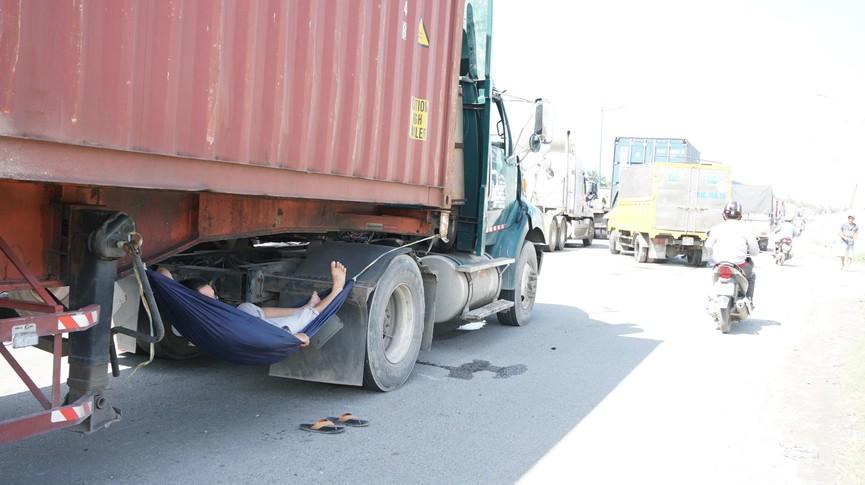 Cửa ngõ Sài Gòn kẹt xe kinh hoàng, tài xế mắc võng ngủ trên đường - ảnh 10