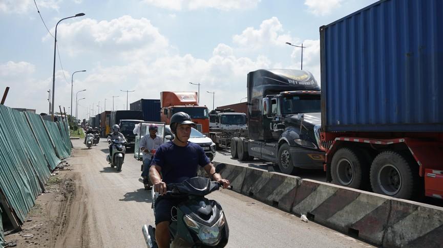Cửa ngõ Sài Gòn kẹt xe kinh hoàng, tài xế mắc võng ngủ trên đường - ảnh 2