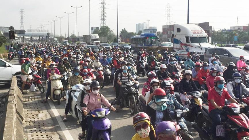 Cửa ngõ Sài Gòn kẹt xe ngày càng nghiêm trọng - ảnh 12