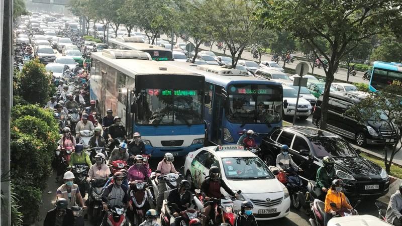 Cửa ngõ Sài Gòn kẹt xe ngày càng nghiêm trọng - ảnh 9