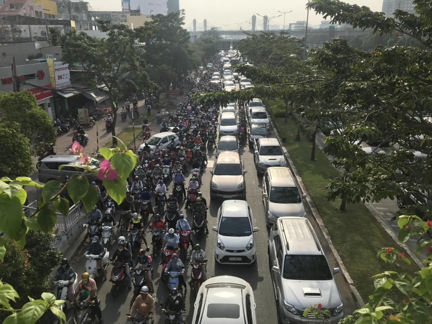 Cửa ngõ Sài Gòn kẹt xe ngày càng nghiêm trọng - ảnh 4