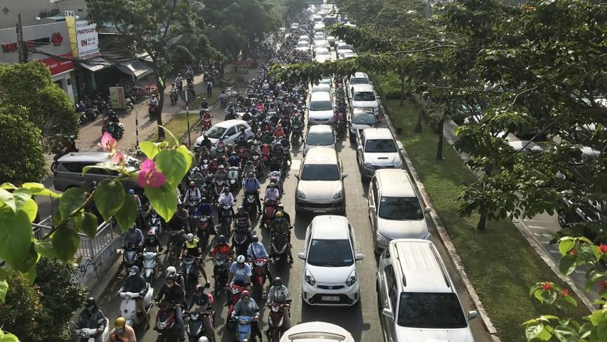Cửa ngõ Sài Gòn kẹt xe ngày càng nghiêm trọng - ảnh 2