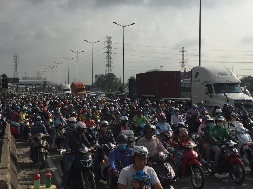 Cửa ngõ Sài Gòn kẹt xe ngày càng nghiêm trọng - ảnh 5