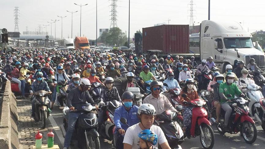 Cửa ngõ Sài Gòn kẹt xe ngày càng nghiêm trọng - ảnh 3