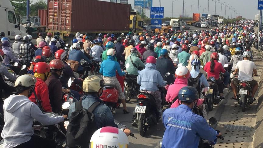 Cửa ngõ Sài Gòn kẹt xe ngày càng nghiêm trọng - ảnh 6