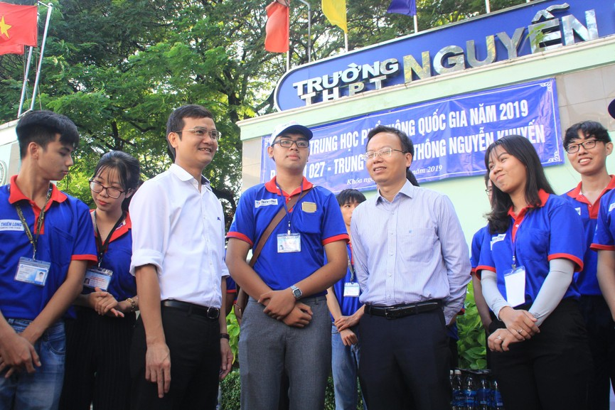 Chủ tịch Hội SVVN thăm, tặng quà tình nguyện viên Tiếp sức mùa thi tại TPHCM - ảnh 1