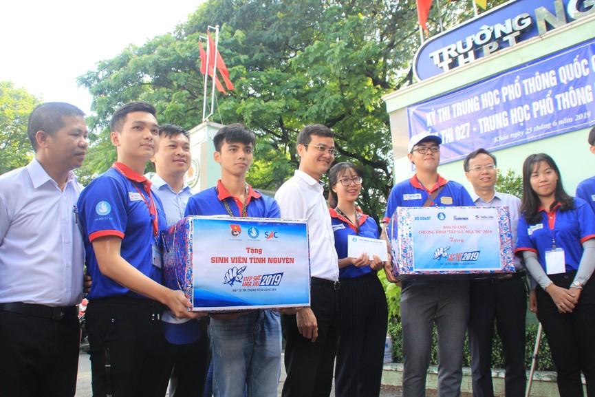 Chủ tịch Hội SVVN thăm, tặng quà tình nguyện viên Tiếp sức mùa thi tại TPHCM - ảnh 2