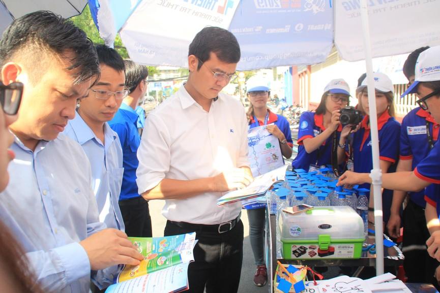 Chủ tịch Hội SVVN thăm, tặng quà tình nguyện viên Tiếp sức mùa thi tại TPHCM - ảnh 4