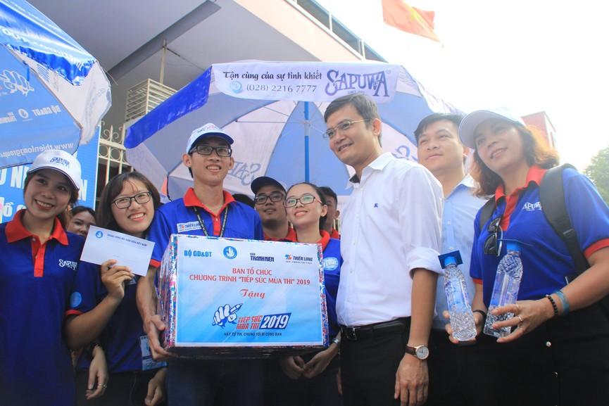 Chủ tịch Hội SVVN thăm, tặng quà tình nguyện viên Tiếp sức mùa thi tại TPHCM - ảnh 5