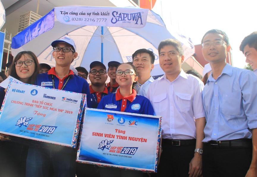 Chủ tịch Hội SVVN thăm, tặng quà tình nguyện viên Tiếp sức mùa thi tại TPHCM - ảnh 6