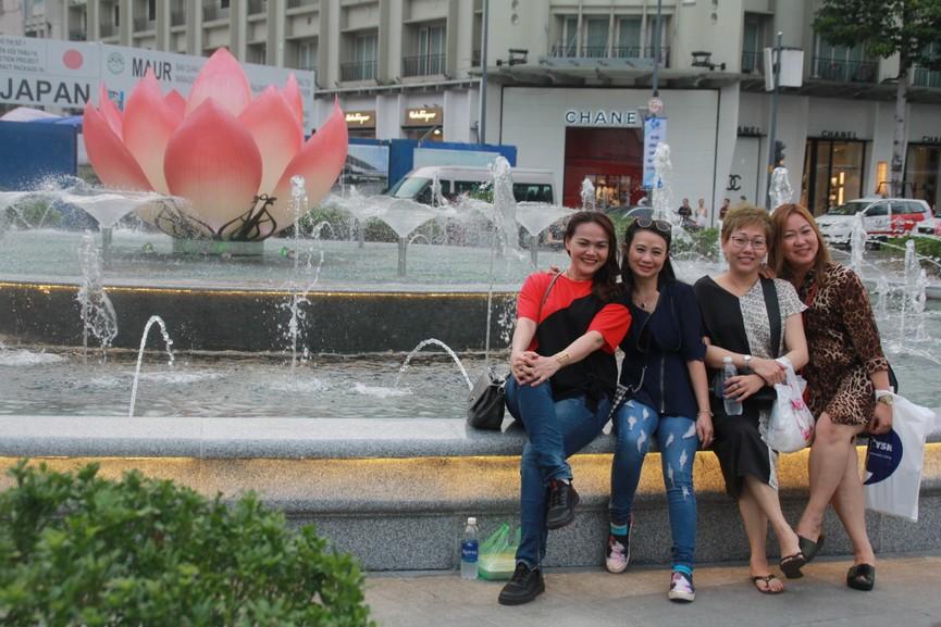 Thích thú với đài sen nước đang hút khách tại Phố đi bộ Nguyễn Huệ - ảnh 7