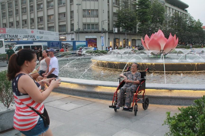 Thích thú với đài sen nước đang hút khách tại Phố đi bộ Nguyễn Huệ - ảnh 5