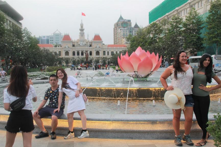 Thích thú với đài sen nước đang hút khách tại Phố đi bộ Nguyễn Huệ - ảnh 6