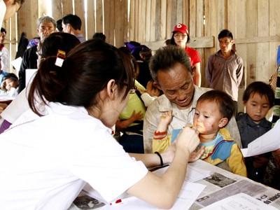 Nữ bác sĩ lên núi chữa bệnh cho dân nghèo