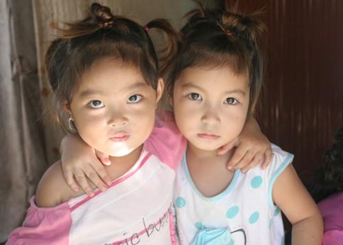 Những đứa bé đẻ 'chui' sống dưới chân cầu