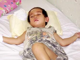 Bé Khang đang mê man tại BV Đa khoa Bình Thuận với tiên lượng mù, liệt sau mổ thoát vị bẹn