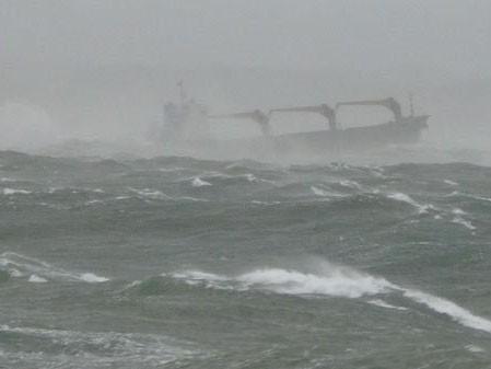 Tàu Chenglu15 giữa bão lớn ở ngoài khơi Hàn Quốc
