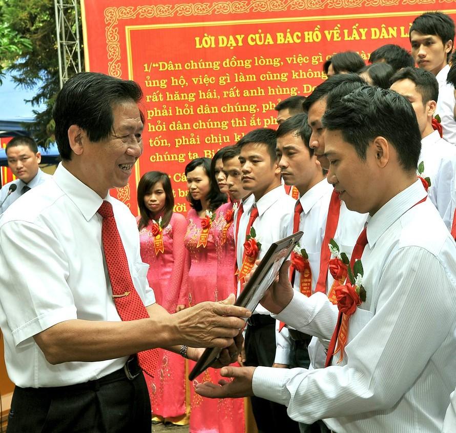 Tổng Giám đốc Nguyễn Đoàn Thăng trao giải tập thể xuất sắc