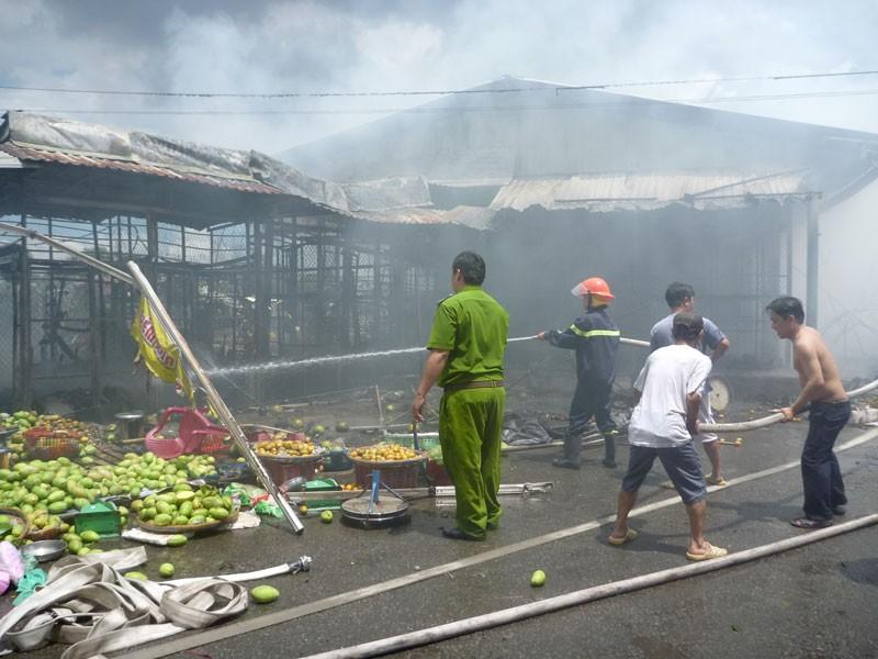 Cháy lớn vựa trái cây ở Tiền Giang