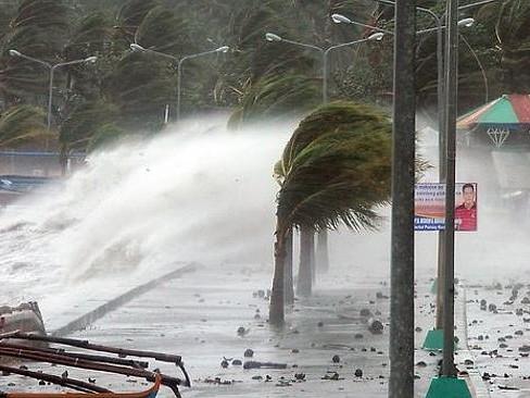 Cơn bão khủng khiếp đổ vào Legaspi, Philippines