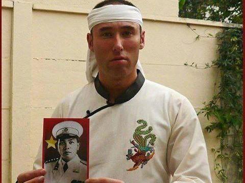 Chàng trai Pháp đeo khăn trắng chịu tang tướng Giáp