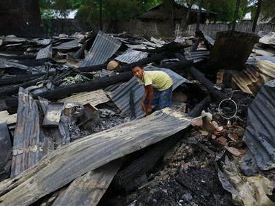 Hiện trường một vụ phóng hỏa đốt nhà do những người theo đạo Phật nhằm vào những người đạo Hồi ở Myanmar hồi tháng 8