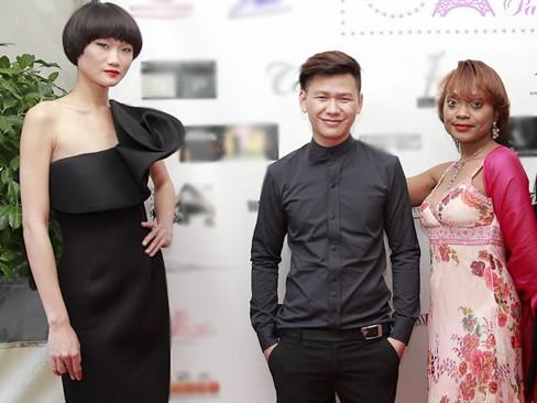Minh Hà, Kha Mỹ Vân thu hút báo giới ở Paris