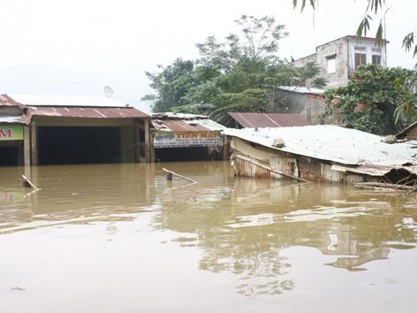 Chiều ngày 4/10 nhiều khu vực ở Đại Lộc vẫn ngập sâu trong nước