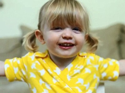 Bé 2 tuổi làm video siêu dễ thương chúc mừng sinh nhật mẹ