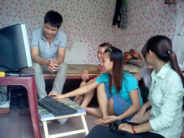 Phòng trọ có máy vi tính là mơ ước của nhiều công nhân Ảnh: D.N