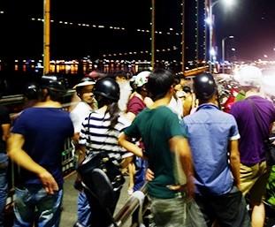 Rất đông người chứng kiến tìm kiếm thi thể chị N. Được biết, cầu Thuận Phước xảy ra 5 vụ tự tử trong vòng gần 2 tháng nay. Ảnh: Nguyễn Huy