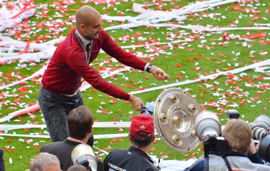 Pep đánh rơi chiếc đĩa bạc trong lễ ăn mừng cùng Bayern