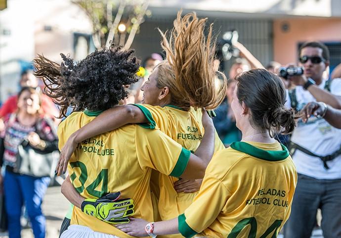 Gái mại dâm ăn mừng bàn thắng trong trận đấu câu khách giữa đường phố