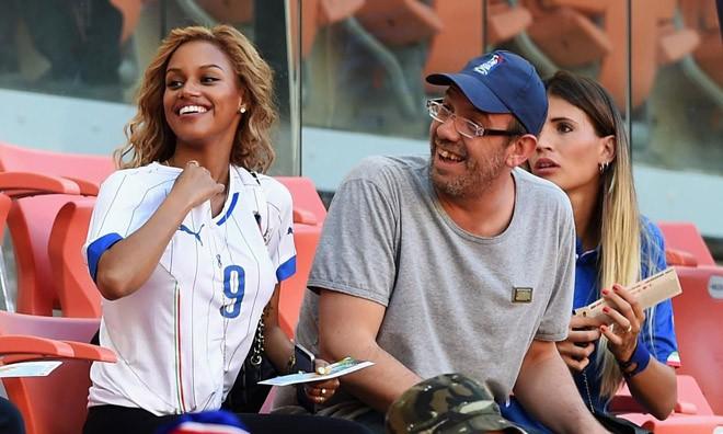 Vợ sắp cưới của siêu quậy Balotelli bốc lửa trên khán đài
