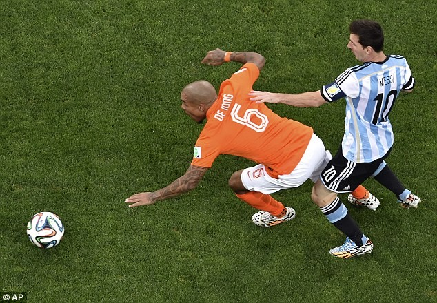 Messi bất lực trong sự kèm cặp của De Jong