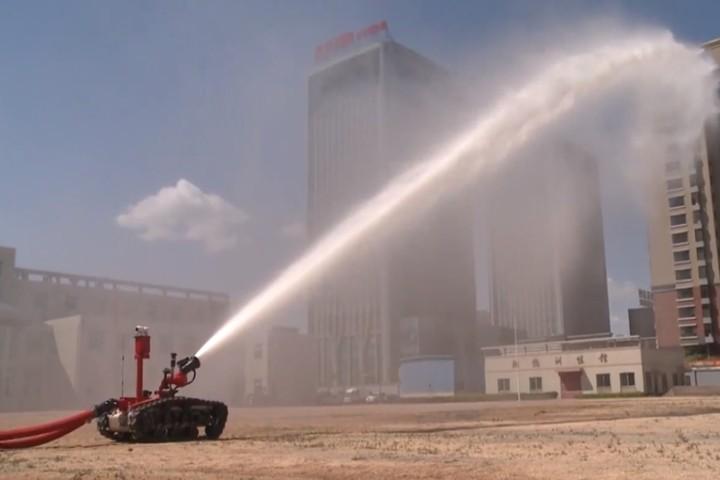 Robot cứu hỏa phun nước xa bằng chiều dài sân bóng